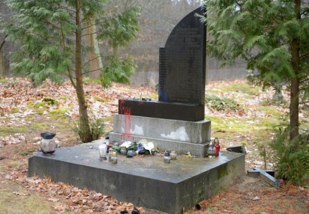 zniszczony pomnik