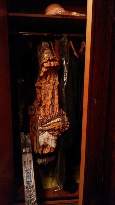 одяг з шафи яника1