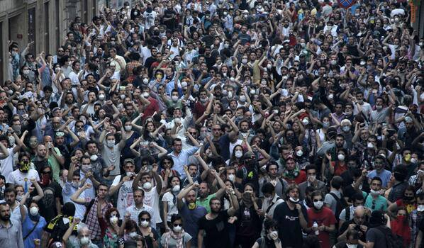 gezi-teargas-crowd