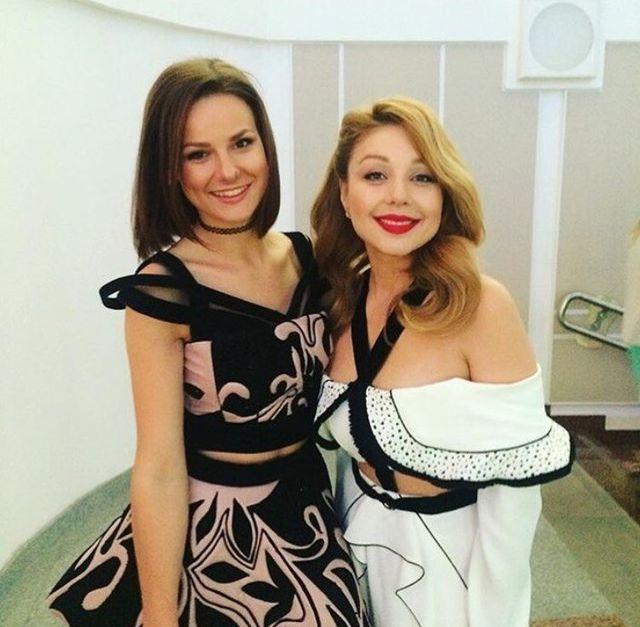 карольв    вбілій сукні