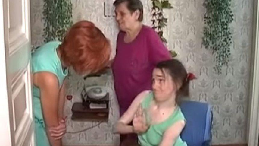 пенсіонерка бє доньку