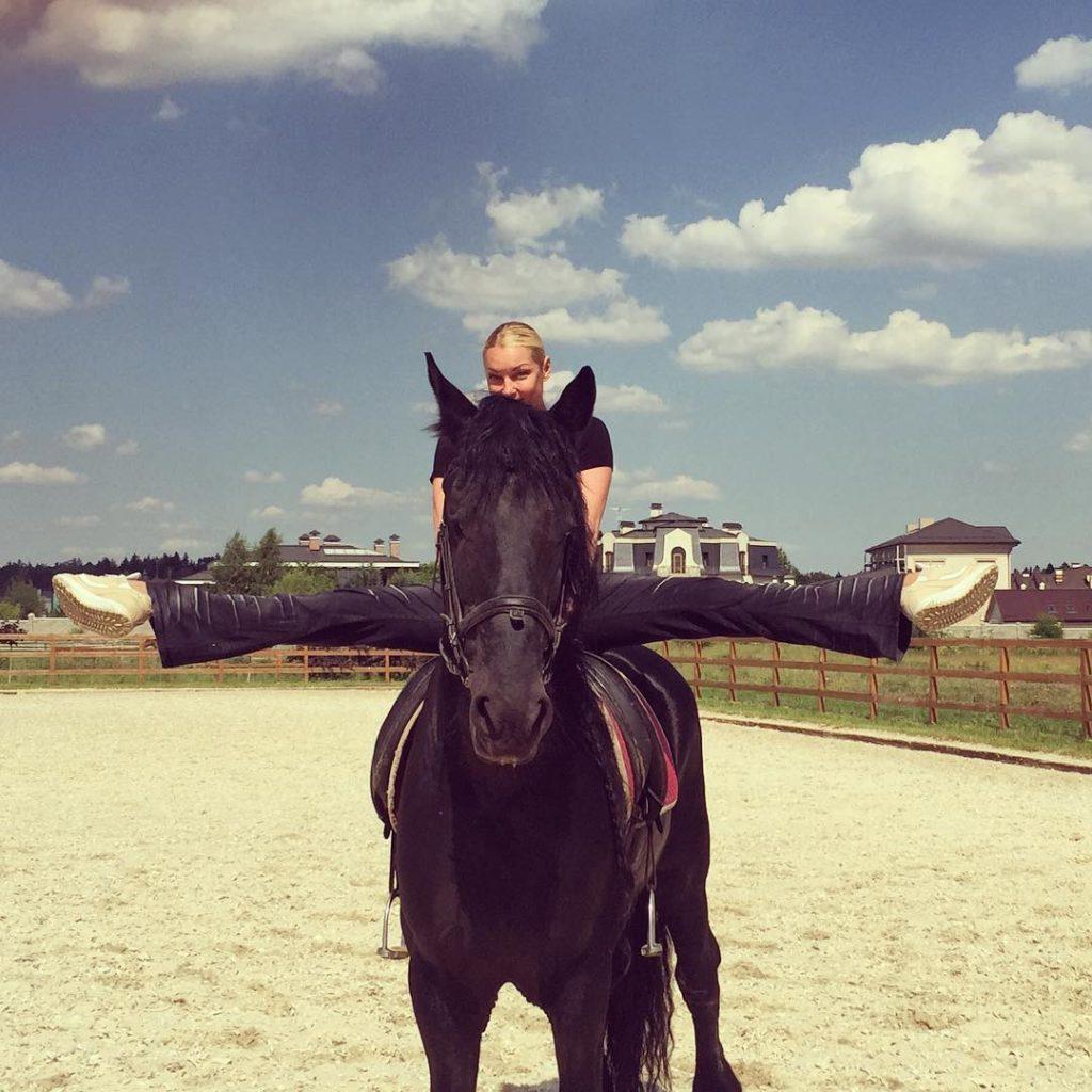 волочкова на коні