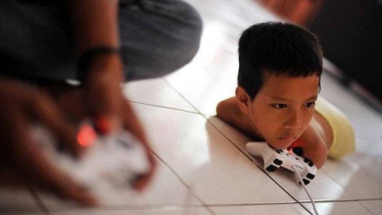 хлопчик грає на приставці