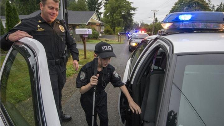 поліцейські і сліпий хлопчик