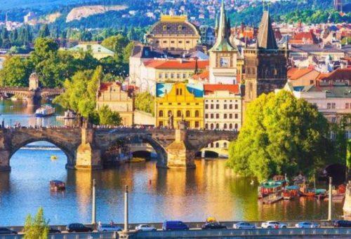 У Чехії не вистачає іноземних працівників: працедавці готові повністю забезпечувати робітників