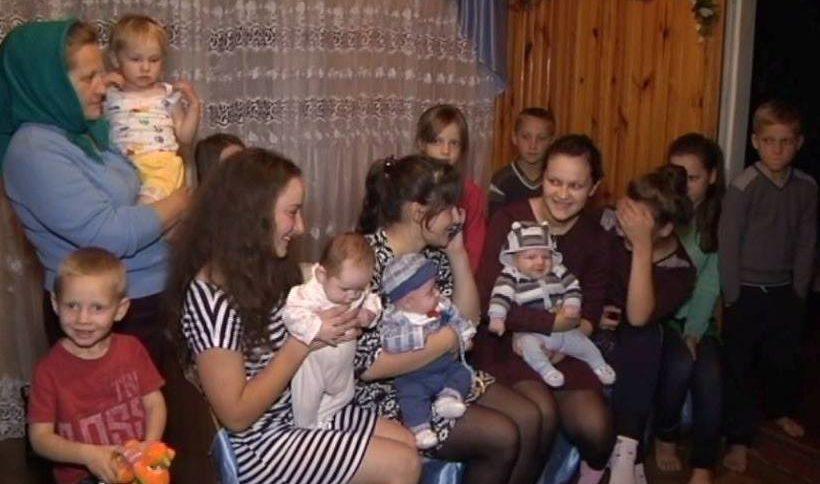 """""""В 43-роки стала мамою в вісімнадцятий раз"""": як живеться багатодітній сім'ї"""